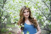 Belle jeune femme avec des fleurs. — Photo