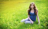 草原の美しい少女 — ストック写真