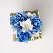Gift box with blue rose on white background — Stockfoto