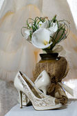 Wedding bouquet of calla lilies and bridal shoes — Stock Photo