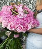 Bouquet of pink roses with live butterflies — Stockfoto