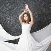 Bella donna indiana in bianco abito da sposa — Foto Stock