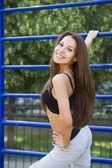 Vacker ung kvinna på fältet sport — Stockfoto