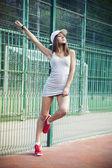 Piękna młoda kobieta gra koszykówka na zewnątrz — Zdjęcie stockowe