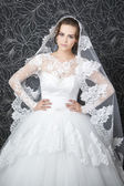 Schöne frau im weißen hochzeitskleid — Stockfoto