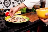 Närbild av en manlig kocken förbereder en pizza — Stockfoto