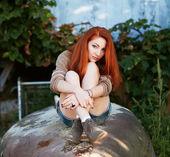 Portret młodej kobiety na zewnątrz — Zdjęcie stockowe