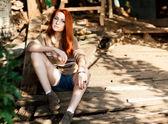 Fotomodell sitzen auf der straße — Stockfoto