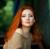 Emotive portrait of young beautiful red-haired girl in the park — Stock Photo