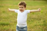 茶色の髪、公園で楽しんでいる男の子 — ストック写真