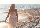 Ragazza che cammina lungo la spiaggia — Foto Stock