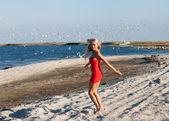 Mulher de beleza jovem feliz na praia do mar — Foto Stock