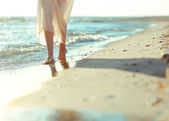 A girl walking on a beach — Stock Photo