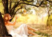 Portret jesieni szczęśliwą kobietą — Zdjęcie stockowe