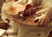 艺术家的手拿着画笔 — 图库照片