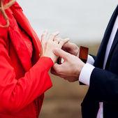 Gelukkig jonge man gifting een ring aan een mooie jonge verrast wo — Stockfoto