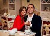 Joven pareja disfrutando de café y un pastel de café — Foto de Stock