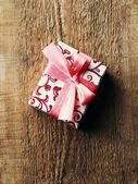 винтаж подарочной коробке на деревянных — Стоковое фото