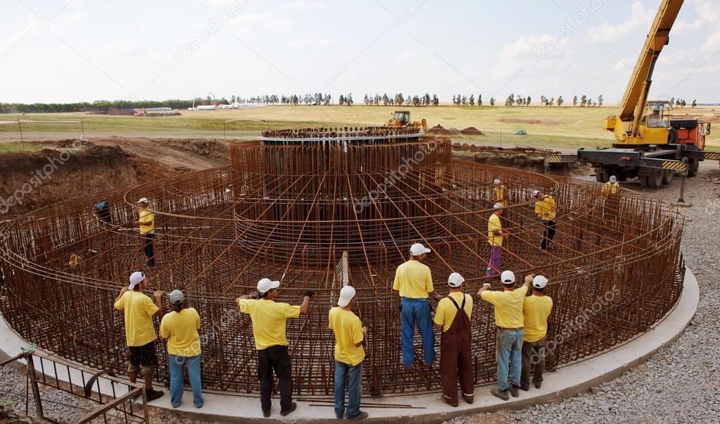 Construction d 39 une olienne photo ditoriale 24442761 - Fabrication d une eolienne ...