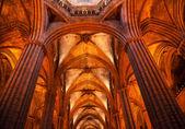 Gotycka bazylika katolickiej kamienne kolumny barcelona catal — Zdjęcie stockowe