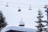 Skiën stoeltjeslift againt sneeuw berg alpine gebouw in snoqual — Stockfoto