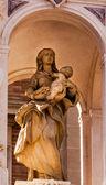 Estatua de jesús maría fuera de la catedral de santa maría de la sev ver — Foto de Stock
