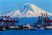 Seattle Port with Red Cranes and Ships with Mt Rainier in the ba — Stock Photo