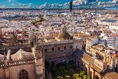 Pohled na město z giralda věž sevillské katedrály zahradní býčí arény — Stock fotografie