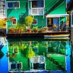 Green Houseboat Floating Home Village Fisherman's Wharf Reflecti — Stock Photo #31490653