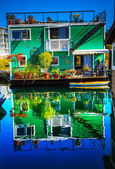 Green Houseboat Floating Home Village Fisherman's Wharf Reflecti — Stock Photo