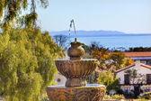 Fontana dell'oceano pacifico missione santa barbara in california — Foto Stock
