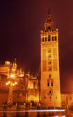 Giralda 贝尔塔塞维利亚大教堂雨夜汽车创新反腐 — 图库照片