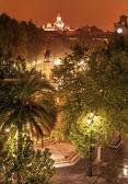 Plaza nueva ferdinand heykel yağmurlu gece kiliseye el salvador sevi — Stok fotoğraf