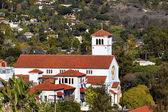 白色的土砖卫理公会教堂十字架圣塔芭芭拉分校 alifornia — 图库照片