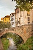 старый мост пешком улица реки рио darro albaicin гранады андала — Стоковое фото