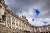 Kraliyet Sarayı bulutlar gökyüzü cityscape İspanyol bayrağı madrid İspanya — Stok fotoğraf