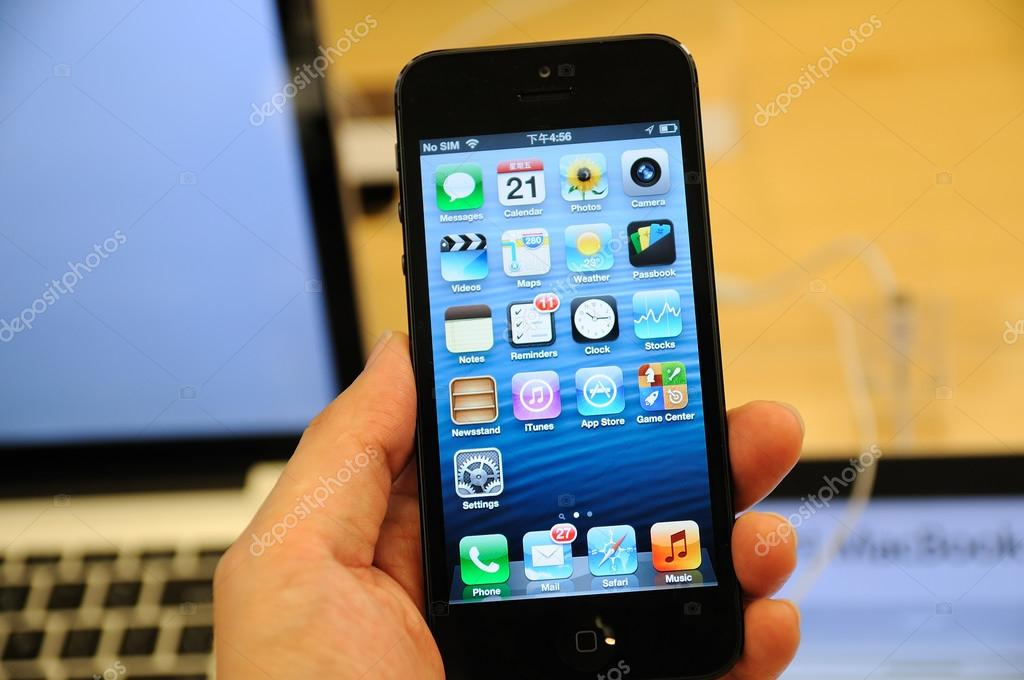 Close up of black iPhone 5 display in Hong Kong Apple store — Stock Photo #13226408