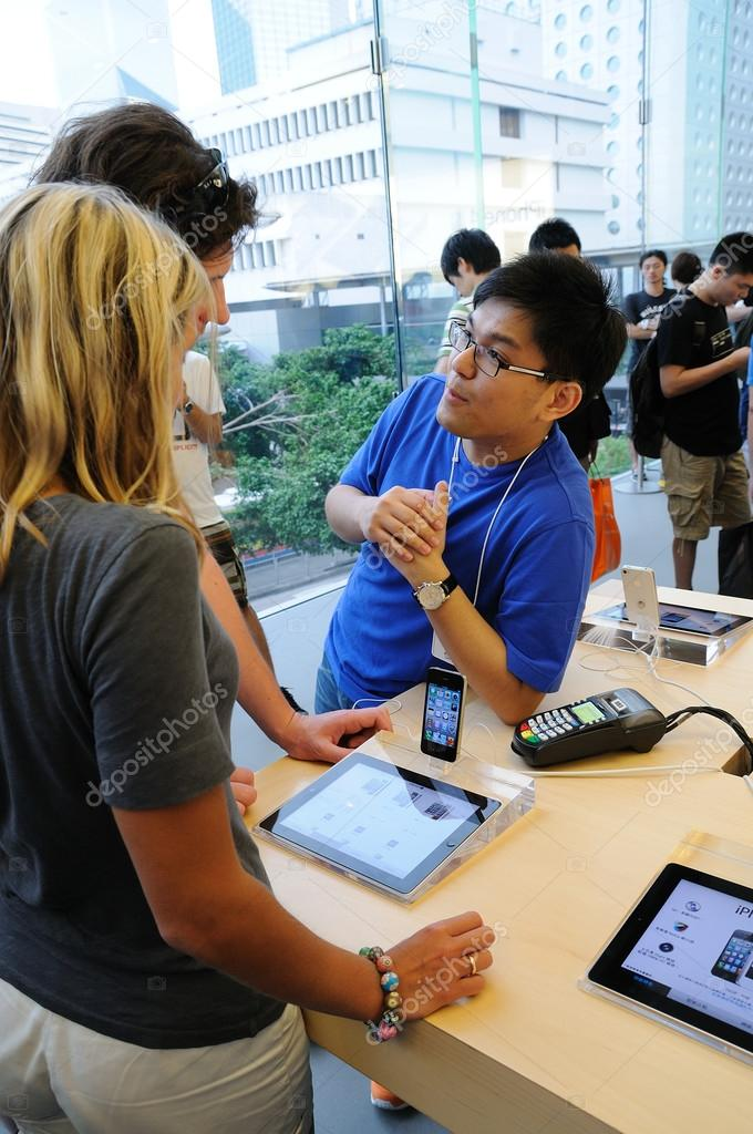 Sales person helping customer in Hong Kong Apple store — Stock Photo #13226730