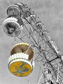 Yellow cabin of abandoned Ferris wheel, Pervouralsk, Urals, Russ — ストック写真