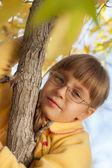 Small child climbed on tree — Stockfoto