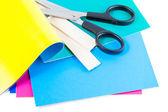 Scharen met kleurrijke papieren geïsoleerd op witte achtergrond — Stockfoto