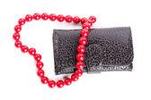 Portemonnee en hart gevormde rode kralen geïsoleerd op wit — Stockfoto