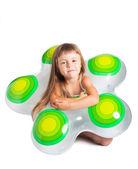 маленькая девочка с внутренней трубки — Стоковое фото