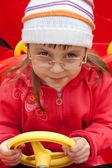Flicka i röd bil — Stockfoto
