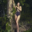 Signora glamour in una foresta tropicale — Foto Stock