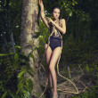 glamorosa dama en un bosque tropical — Foto de Stock