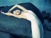 Belle dame élégante à l'énorme rocher — Photo