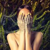 Senhora com mãos pintadas mehendi — Fotografia Stock