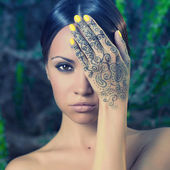 Lady with painted hands mehendi — Foto Stock