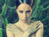 Senhora com mãos pintadas mehendi — Foto Stock
